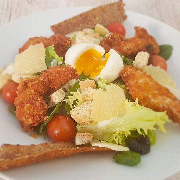 salade césar Poulet pané, oeuf mollet, copeaux de parmesan, tomates cerise, croûtons, sauce caesar, salade, tuile de galette