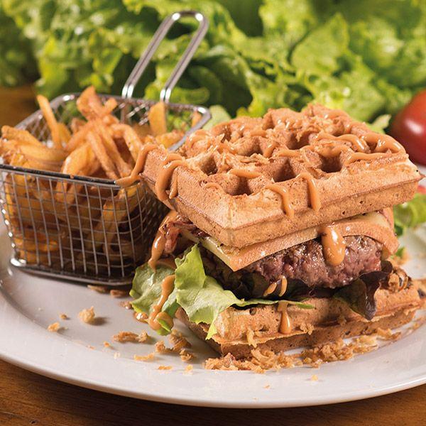 Gaufre maison, steak haché frais VBF, lard fumé, raclette française, oignons frits, sauce cocktail, tomate, salade burger chevalier le patacrêpe
