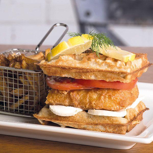 Gaufre maison, poisson pané, chèvre, sauce caesar, tomate, salade flibustier burger le patacrêpe