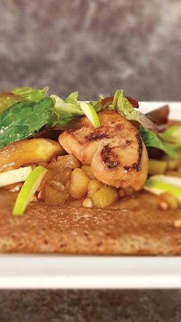 galette de fête foie gras cru poêlé, pomme Granny Smith, pignons de pin, sirop d'érable, figue fraîche & mesclun. le patacrêpe