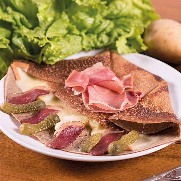 galette raclette le patacrêpe Raclette, pomme de terre, magret fumé, jambon cru, cornichons