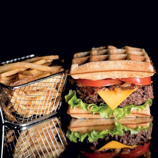 burger vaillant le patacrêpe Gaufre maison, steak haché frais VBF, cheddar rouge, confit d'oignon, sauce barbecue, tomate, salade